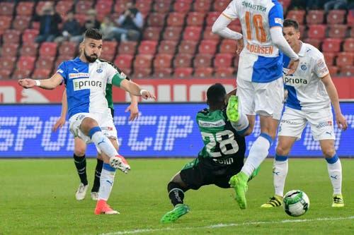 Der St.Galler Nzuzi Toko kann Munas Dabbur nicht daran hindern, den 1:0-Treffer für die Zürcher zu erzielen. (Bild: Freshfocus)