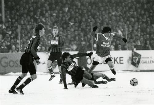 Spitzenspiel im Dezember 1989 gegen Xamax: Ivan Zamorano liess sich im Espenmoos auch vom Schnee nicht stoppen. (Bild: Archiv/St.Galler Tagblatt)