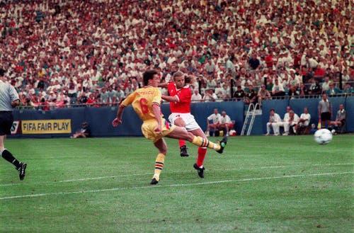 An der WM 1994 erzielte Sutter - trotz Zehenbruch - beim 4:1 im Gruppenspiel gegen Rumänien ein Tor. Die Schweiz stiess in den USA bis in den Achtelfinal vor, der gegen Spanien mit 0:3 verloren ging. Sutter fehlte verletzt. (Bild: Keystone)