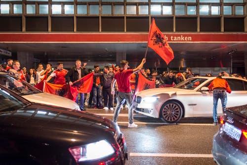 ST. GALLEN 19.06.16 - Fans der albanischen Fussballnationalmannschaft feiern den 1:0 Sieg gegen Rumänien an der Europameisterschaft 2016 in der Innenstadt von St. Gallen. © Benjamin Manser / TAGBLATT (Bild: Benjamin Manser)