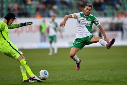 St.Gallens Roman Buess, rechts, scheitert an Goalie Guillaume Faivre. (Bild: Keystone)