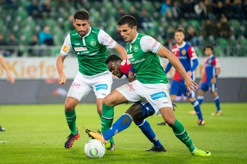 Kein Durchkommen für Basels Dimitri Oberlin gegen St.Gallens Karim Haggui und Danijel Aleksic. (Bild: Urs Bucher)
