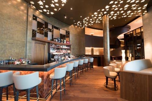 Bar in der Lobbyhalle im Bürgenstock (Bild: Eveline Beerkircher)