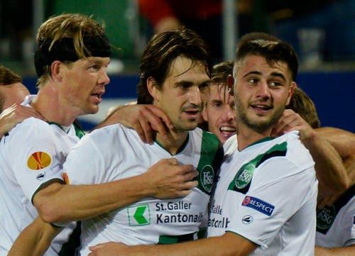 Das waren noch Zeiten: St.Gallens Marco Mathys (Mitte) wird für seinen Treffer gegen Kuban Krasnodar gefeiert. (Bild: STEFFEN SCHMIDT (KEYSTONE))