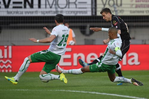 Auch im letzten Spiel der Saison 2015/2016 lässt sich St.Gallen gehen und unterliegt Lugano auswärts mit 0:3. Die Tessiner sichern sich damit auf Kosten des FC Zürich den Ligaerhalt. (Bild: GABRIELE PUTZU (KEYSTONE/TI-PRESS))