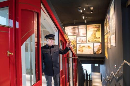 Walter Odermatt, stellvertretender Betriebsleiter der Bürgenstock-Bahn grüsst einen Gast. (Bild: Eveline Beerkircher)