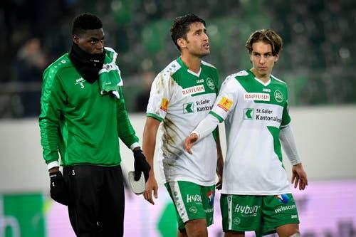 Die St.Galler Kofi Yeboah Schulz, Karim Haggui und Gianluca Gaudino, von links, schreiten zu den Fans. (Bild: Keystone)