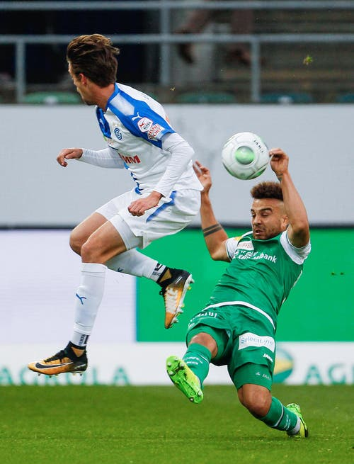 Lukas Andersen im Kampf um den Ball gegen den St. Galler Nicolas Luechinger. (Bild: Keystone)