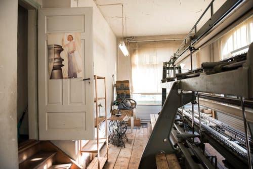 Hans Bürkler und seine letzte Schifflistickerei-Maschine (Bild: Sabrina Stübi)