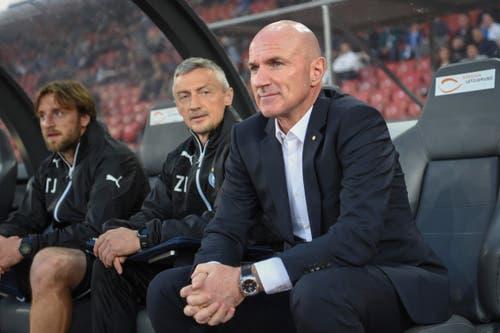 GC-Trainer Carlos Bernegger (rechts) und Assistenztrainer Zoltan Kadar (Mitte) beobachten die Leistung der GC-Spieler. (Bild: Freshfocus)