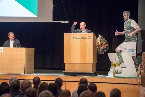 Der vor einiger Zeit zurückgetretene Verwaltungsrat Michael Hüppi richtete einige Worte an die Versammlung. (Bild: Urs Bucher)