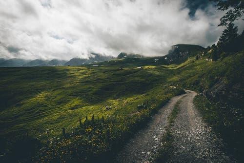 Die Churfirsten in den Wolken, rechts der Selun. (Bild: PD / Silvan Widmer)