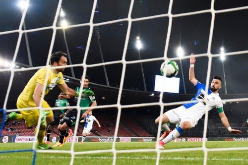 Munas Dabbur schiesst das 2:1 für die Zürcher Grasshoppers. Goalie Lopar ist chancenlos. (Bild: Keystone)