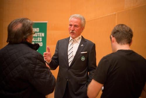 Präsident Dölf Früh im Gespräch nach der Generalversammlung. (Bild: Samuel Schalch)