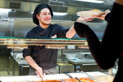 Und auch die Angestellten scheinen Freude zu haben an ihrem modernen Arbeitsplatz. (Bild: Coralie Wenger)