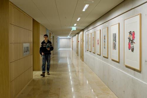 Bilder an den Wänden in den langen Korridoren. (Bild: Coralie Wenger)
