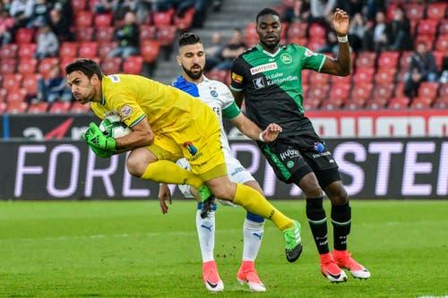 Goalie Daniel Lopar und Kofi Schulz wehren sich erfolgreich gegen Munas Dabbur. (Bild: Keystone)