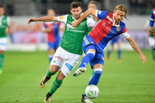 St.Gallens Albian Ajeti will vor dem ehemaligen Espen Michael Lang an den Ball kommen. (Bild: Keystone)