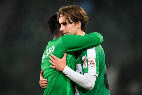 Die St.Galler Nzuzi Toko, links, und Gianluca Gaudino umarmen sich nach dem Spiel. (Bild: Keystone)