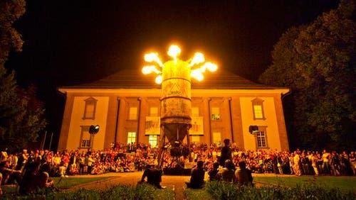 Die Pyro-Installation «le silo» vor dem Historischen und Völkerkundemuseum war ein Publikumsmagnet. (Bild: Michel Canonica)