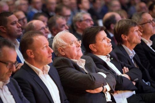 Aktionäre unter sich: Edgar Oehler (Mitte) und Roland Gutjahr (rechts daneben). (Bild: Urs Bucher)