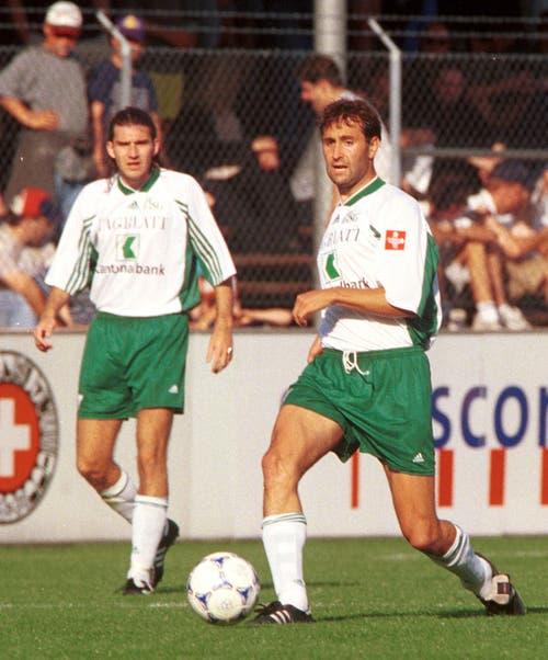 Marco Zwyssig (rechts) verliess den FC St.Gallen im Sommer 2001 in Richtung FC Tirol Innsbruck (heute FC Wacker Innsbruck) . Die Österreicher liessen sich den Innenverteidiger 220'000 Franken kosten. (Bild: Archiv STG)