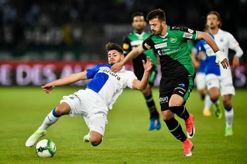 Albian Ajeti kämpft gegen Jan Bamert um den Ball. (Bild: Keystone)