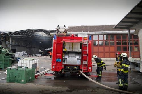 Egnach - Grossbrand Mosterei Tobi am Tag danach Aufräumarbeiten Feuerwehr immer noch vor Ort Industriehalle brennt nach Brand komplett nieder (Bild: Ralph Ribi)