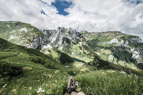 Auch eine Pause muss sein mit Blick auf den Fälensee im Alpstein. (Bild: PD / Silvan Widmer)