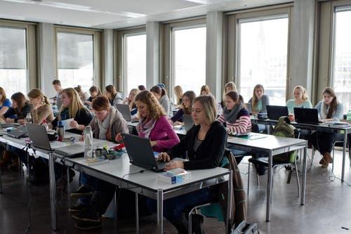 Helle, grosszügige Räume im neuen Fachhochschulzentrum St.Gallen (FHS). (Bild: Coralie Wenger)