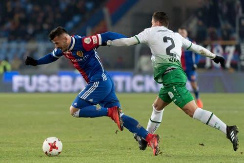 Basels Albian Ajeti im Kampf um den Ball gegen St. Gallens Philippe Koch. (Bild: Keystone)