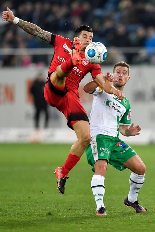 Thuns Dennis Hediger, links, gegen St.Gallens Marco Aratore. (Bild: Keystone)