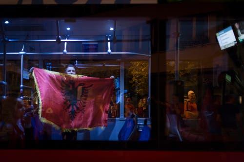 ST. GALLEN 20.06.16 - Fans der albanischen Fussballnationalmannschaft feiern den 1:0 Sieg gegen Rumänien an der Europameisterschaft 2016 in der Innenstadt von St. Gallen. © Benjamin Manser / TAGBLATT (Bild: Benjamin Manser)