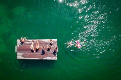 Blick auf das Holzfloss beim Schwimmbad Arbon. (Bild: Urs Bucher)