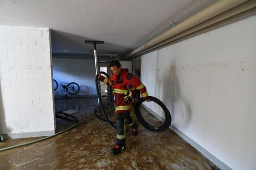 Ein Feuerwehrmann macht im Keller sauber. (Bild: Manuel Nagel)