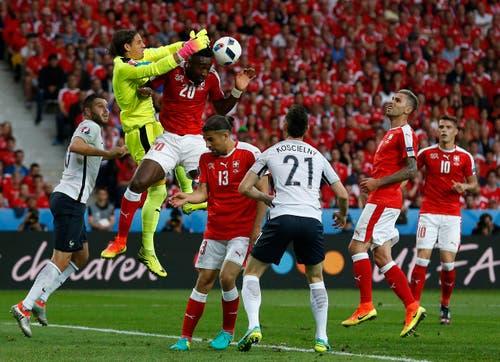 Goalie Yann Sommer und Innenverteidiger Johan Djourou können im Strafreum klären. (Bild: Laurent Dubrule / Keystone)