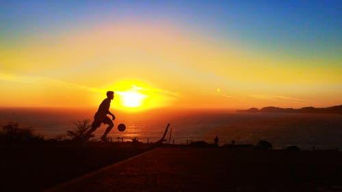 Basketball bei Sonnenuntergang... (Bild: pd)