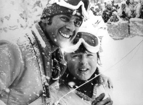 Adolf Ogi gratuliert Marie-Theres Nadig zu ihren zwei Goldmedallien, die sie in der Abfahrt und im Riesenslalom gewonnen hat. (Bild: Keystone/Str)
