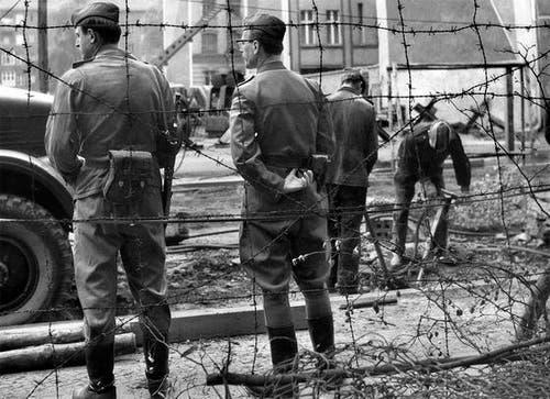 Soldaten der Volksarmee brechen am 7. Mai 1969 unter strengster Bewachung der Volkspolizei ein altes und sprödes Stück der Berliner Mauer bei Neukölln in Ost-Berlin ab, um danach eine neue Mauer zu errichten. (Bild: Keystone)