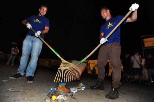Abfall wegwischen, damits am nächsten Tag wieder schön aussieht auf dem Gelände. (Bild: Reto Martin)