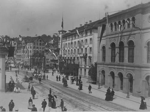Der Bohl mit dem alten Theater (rechts) 1886. (Bild: Stadtarchiv Ortsbürgergemeinde St.Gallen)