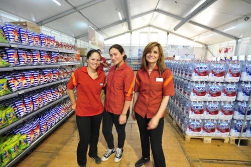 Die Migros-Verkäuferinnen sind bereit für den Ansturm. (Bild: Mario Testa)