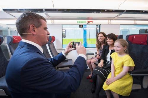 Etwas fürs Familienalbum: Peter Spuhler macht ein Foto mit Bundespräsidentin Doris Leuthard und seiner Familie. (Bild: Urs Bucher)