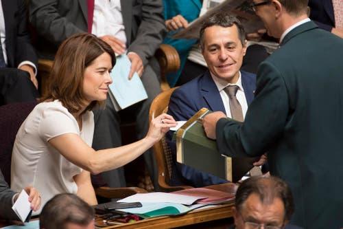 Petra Goessi, FDP-SZ, links, legt ihre Stimme in die Wahlurne neben dem Bundesratskandidaten Ignazio Cassis, FDP-TI, rechts, während der Ersatzwahl. (Bild: Keystone)