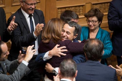 Zu den Gratulanten gehört auch FDP-Präsidentin Petra Gössi. (Bild: Keystone)