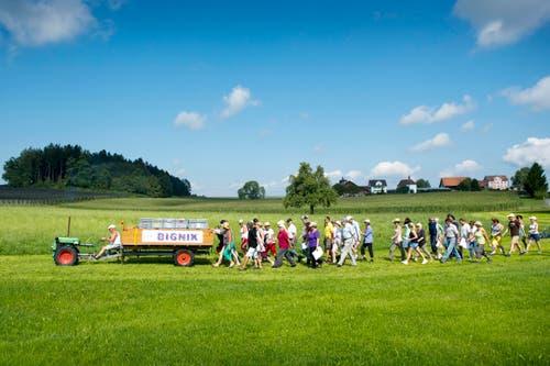 Helfer und Picknicker auf dem Weg nach Ruggisberg. (Bild: Urs Bucher)