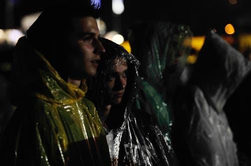 Am Freitagabend waren die Konzerte teilweise nur unter Plastik zu geniessen. (Bild: Reto Martin)
