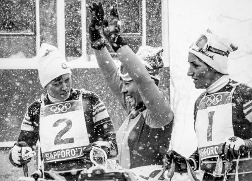 Freude bei Marie-Theres Nadig, Mitte, nach ihrem Sieg im Riesenslalom. Sie gewinnt vor Annemarie Proell (Österreich), links, und Wiltrud Drexel (österreich), rechts. (Bild: Keystone/EPU/Str)