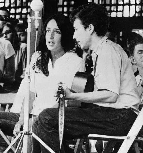 """Bob Dylan und Joan Baez singen gemeinsam am Jazz Festival in Newport. Ihre Cover-Version von Bob Dylans Anti-Kriegshymne """"Blowin' in the Wind"""" wurde einer der bekanntesten Songs von Baez. (Bild: Keystone)"""