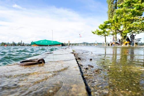 Das Wasser schwappt in Ermatingen über die Hafenmauer. (Bild: Donato Caspari)